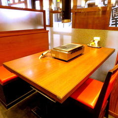 【各種宴会に最適】最大4名様までご利用可能のテーブル席はご友人との飲み会や女子会などに最適♪