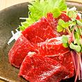 【自慢の一品】熊本からの直送を使用している馬刺しは少し厚めに切ることで旨味をしっかりと感じられるようにしております。淡泊でやわらかな肉質で、馬肉の旨味があふれます♪是非、ご賞味くださいませ。
