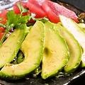 料理メニュー写真マグロとアボカドのサラダ/シーフードサラダ/サーモンのシーザーサラダ