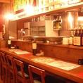 【カウンター席】目の前の大皿料理も並び食欲がそそられる!フレンドリーな店員さん。一人でも入りやすい雰囲気♪※カウンターは2か所、計10席です。
