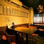 鶏料理の人気店。テーブル席は2名様~4名様。テーブルをくっつけるなどレイアウトも自由にご対応