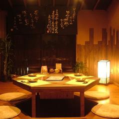 通称VIPルーム。珍しい6角形のテーブルでいつもと違う特別感をお楽しみ頂けます。こちらは2部屋限定なのでご予約はお早目に。