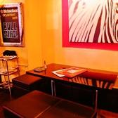 【テーブル席】ゆったり座れるベンチ式のお席です。