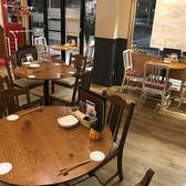 女子会やプライベート使いにはお洒落なテーブル席を。