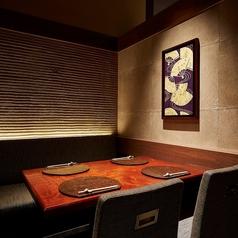 落ち着いた雰囲気のテーブル個室です。お人数に合わせてレイアウトが可能でございます。広くごゆっくりお使いいただける安心なテーブル席で素敵な時間をお過ごしください。新宿で居酒屋をお探しなら、個室和食 東山 新宿本店へお越しくださいませ。