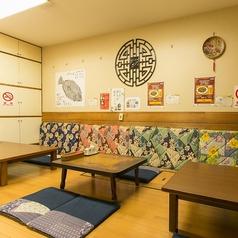 座敷には4名様テーブルx2卓、6名様テーブルx1卓をご用意しています。