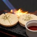 料理メニュー写真カマンベールを丸ごと炙り!黒蜜をたっぷりかけて召し上がれ 【焼カマンベール】