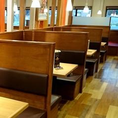 お子様連れでも安心の、背もたれ付きのテーブル席をご用意しております。お気軽にご来店ください。※写真はイメージです。
