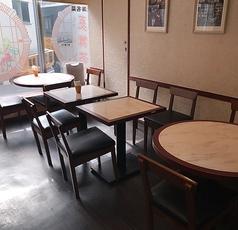 店内は茶色を基調とした落ち着いた雰囲気です。4人がけのテーブルが3卓・ 2名がけのテーブルが 9卓あり、自由に移動することができます。最大で 30名様の宴会まで対応可能です。