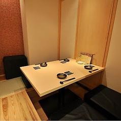 座敷・掘りごたつの個室です。脚を伸ばしてゆったりくつろぎながらお料理をお楽しみいただけます。人気のお席のため、前もってご予約いただくことをお勧めいたします。会食やデートにも最適です。上質な空間で美味しい料理をどうぞ!
