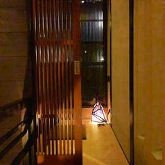 【1階隠れ個室】2~4名様向けの個室は、入口から和の雰囲気を感じることができます。カップルやお子様連れに◎