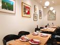 打合せに適した4名~18名のテーブル席。人数に合わせて柔軟にご対応致します。