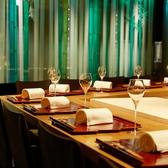 広々とした空間が優雅なカウンターは、シェフの細やかな技を目の前でご覧いただきながらお食事をお愉しみいただける特別なお席。熟練シェフ達が華麗な連携プレーで仕立て上げる料理の数々は見た目にも美しく、ハッと息を飲むような身のこなしに思わず見とれてしまうはず。大切な方とのデートに最適なお席です。
