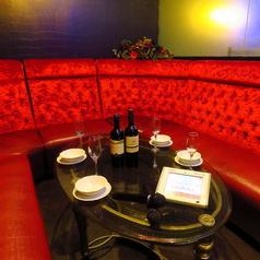 真っ赤なソファとシャンデリアが光るVIP個室。最大10名収容OK!カラオケもついてます♪女子会や合コンに最適◎お早目のご予約をおすすめします!