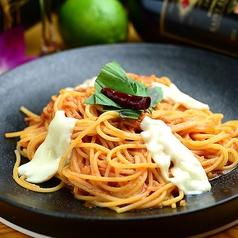 料理メニュー写真モッツァレラチーズとバジルのトマトソース