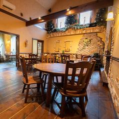 4~6人がけの丸テーブルのお席です。開放的な吹き抜けのフロアをご利用下さい。