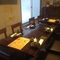 4名テーブル席。つなげれば12名までの宴会可能♪カーテンの仕切りで半個室風にも。