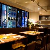 【8名~10名様テーブル席】解放感のある広々とした店内でゆったりとお過ごし頂けます。気取らない居心地良い空間となっています!