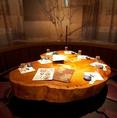 ゆったり落ち着いた雰囲気で元の木の形を活かしたテーブルが特徴的な異空間個室は各種宴会シーンに最適です。