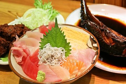 ランチが990円!自宅のように落ち着けて、美味しい地魚料理や焼酎を楽しめる。