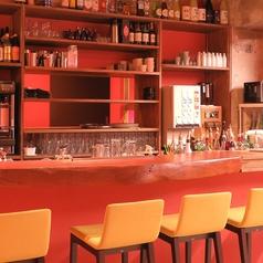 大人たちがお気に入りのお酒を飲みに集うカウンター席も完備!仕切りもご用意しております。