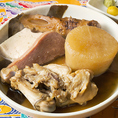 当店人気NO.1メニュー!オリジナルの昆布出汁と秘伝のタレで、見た目は真っ黒ですが驚くほどあっさりとした味わいの沖縄おでん。