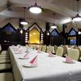 【着席オンテーブル形式(30~100名様)】長テーブルを使った大人数の着席スタイルはこちらです。お料理・お飲物はスタッフがお席までご提供致します。ご結婚式二次会や記念パーティに最適なフォーマルスタイルです。銀座のクラシックなデザイナーズレストランを貸し切って、大切なひとときをお過ごしください。