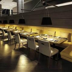 イエローのベンチソファとシャンパンゴールドの1人掛けシートが用意されたテーブル席へ。2フロア吹き抜けの開放感あふれる空間と、ホテルスタッフによる心地いいサービスに迎えられて、ゆったり贅沢なひとときを満喫できる。フロアの奥に広がるオープンキッチンの活気を感じながら、優雅なホテルディナーを楽しんで。