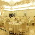 真っ白で美しい内装が楽しめるテーブル席がゲストをお出迎え♪パーティーやウエディングにぴったりのお席です。