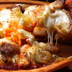 料理メニュー写真六白黒豚特製ベーコンのビスマルク(ベーコンと半熟玉子のピッツァ)