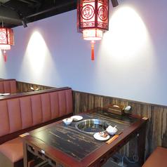 たくさん注文して頂けるよう広めに作られたテーブルで、自慢の火鍋をごゆっくりお楽しみください。