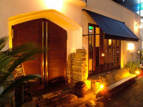アンティークの店内でアットホームな雰囲気でワイン、美味しい料理を楽しめます。