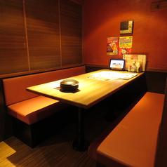定番!テーブル席2名様からご利用いただけるテーブル席も!デートでのご利用はもちろん、会社帰りにご同僚とのちょっとした飲み会にも最適!お酒好きにはたまらないたっぷり3時間飲み放題付きコースやお得な食べ放題付きコースなど多数ご用意しておりますので合わせてご利用下さい♪