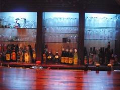 カウンターの前にはたくさんのお酒が…☆雰囲気も良いですね。