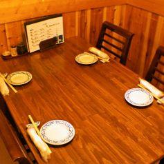 4名様用のテーブル席も