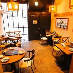 お仕事帰りの飲み会にはお勧めのオープンテーブル。当店の造りが広々空間♪テーブルの間隔を広めに取っているのでお隣さんとの窮屈感が一切ございません。