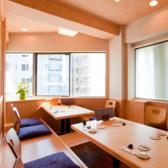 窓側の掘りごたつ席は3名様までご利用可能です。デートや接待にも◎