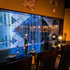 窓際カウンターは密着できてカップルに◎ビル内のイルミネーションが見えます★宮益坂