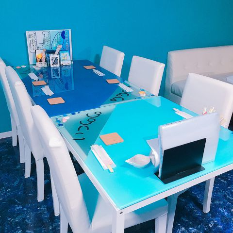壁や扉も青をベースとし、テーブルには貝殻が☆ 女子会、ママ会、お子様連れにも楽しく