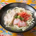 沖縄から仕入れた麺、豚骨ベースでコクが豊かな塩味スープ、6時間じっくり煮込んだ塩ソーキと、本場沖縄の店にも勝るとも劣らない自慢のソーキそば。