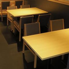 2名様、4名様、6名様とお客様のお人数によって調整できるテーブル席をご用意しており、最大12名様までご利用いただけます。ご家族、ご友人、大切な方との特別なお時間に。是非楽しいひとときをお過ごしくださいませ。