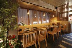 テーブル席は2~12名様で利用可能。