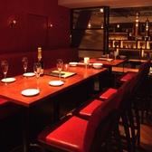 テーブル席14名様用赤を基調としたお洒落な雰囲気の14名様までのテーブル席です。2名様ごとのテーブルでスライドできますので、お客様のご要望に応じて様々な形にすることができます。