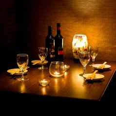 2~4名様までご着席可能なテーブル席。移動のできるテーブルで、20名様までの宴会にも対応いたします。アットホームな空間でありながら落ち着いた雰囲気も併せ持っている席は、料理とお酒がすすむこと間違いなし。当店人気のコースをご利用いただくことで、飲み会や仲間同士での宴会を、よりお楽しみいただけます。