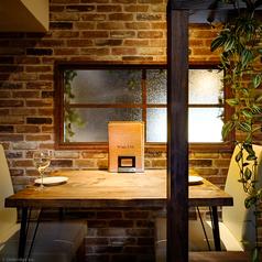 小窓付きのテーブル席でデートを♪