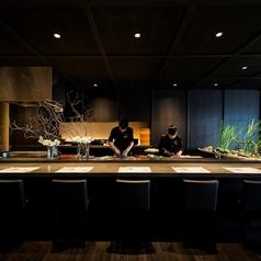 ライブ感あふれるカウンター席。職人を目の前にお料理をお楽しみいただけます。