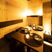 少人数~団体様まで個室完備♪白と黒のコントラストが印象的なモダンな造りながら、和の趣が包み込む温かな個室空間です。