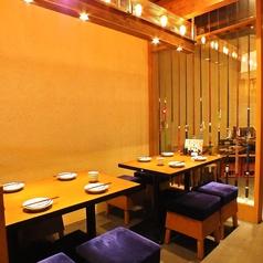 角テーブルや丸テーブルをご用意。お席も可動式となっておりますので大人数でも対応可能となっております。
