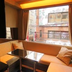 真っ白なソファー。上品な空間となります。中人数様用なので2次会等にお越しください♪