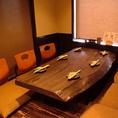 オーナー手造りの一枚板のテーブルがとっても味のある8名様までの座敷は特等席。人気の為、予約必須!